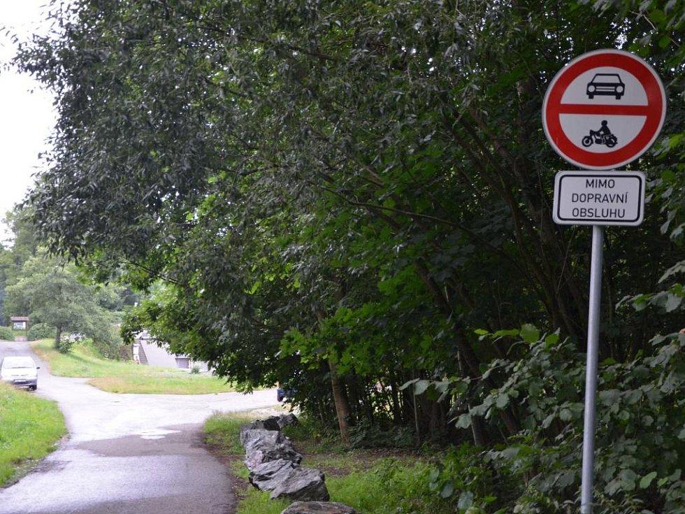 Zákaz vjezdu všem motorovým vozidlům.