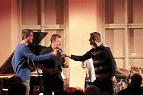 """V Kreslírně klášterního gymnázia pokřtili členové Tria Roberta Balzara své nové CD s názvem """"Discover Who We Are""""."""