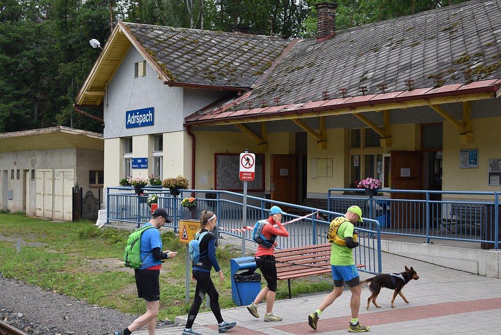 Přímou linku z Wałbrzychu do Adršpachu polští turisté zatím nevyužívají na plnou kapacitu. V meziročním srovnání jich rapidně ubylo. V Adršpachu tak zatím jednoznačně převažují domácí turisté.