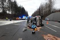 Řidič v koloně se otáčel do protisměru, zavinil nehodu.