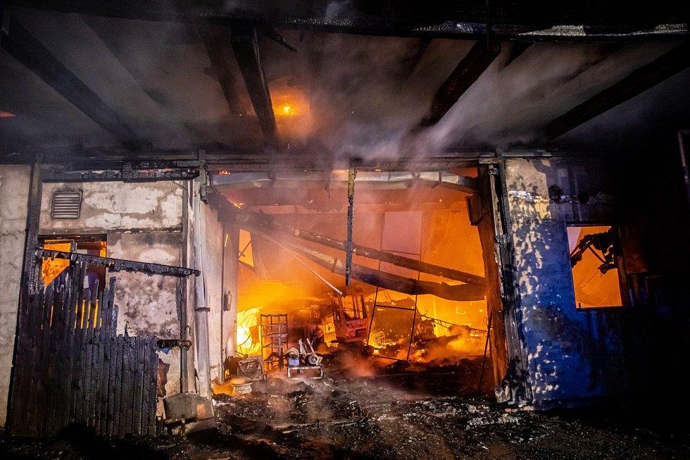 Škoda, kterou plameny napáchaly na budově i uskladněných strojích, byla odhadnuta na asi šest milionů korun.
