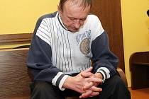 V lavici obžalovaných u Krajského soudu v Hradci Králové stanul 8.litopadu osmapadesátiletý Pavel Humeňuk. Ten se zpovídá z trestného činu vraždy ve stadiu pokusu, k němuž mělo dojít letos v červenci na dvorku domu, v němž s manželkou bydlel.