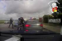 Další ukradené auto bude vráceno majiteli. U Jaroměře ho policisté bezpečně zastavili a řidiče zadrželi.