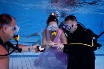 Starosta oddal nevěstu s ženichem pod vodou