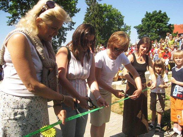 Slavnostní otevírání naučné stezky v Naší zahradě 2007 v Broumově.