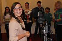 ŽÁCI Základní školy Hradební vyzkoušeli naostro natáčení v novém nahrávacím studiu v broumovském klášteře.