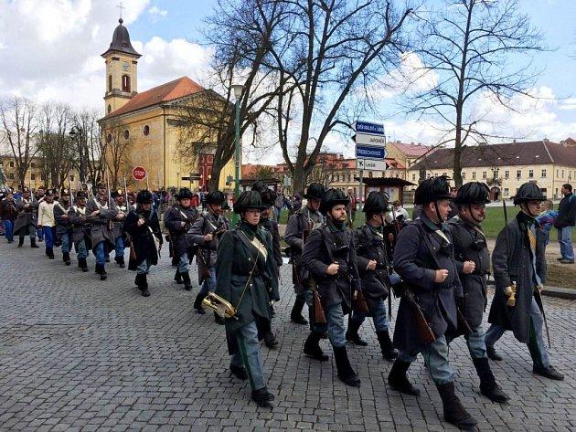 RAKOUSKÉ A PRUSKÉ jednotky pochodovaly pevnostním městem Josefov, aby zde zahájily turistickou sezónu.