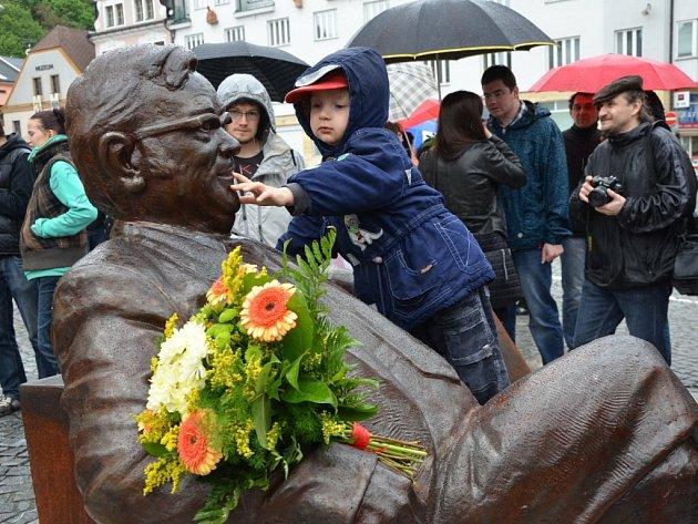V neděli 11. května ve 13 hodin na náchodském Masarykově náměstí slavnostně odhalili sochu Josefa Škvoreckého.