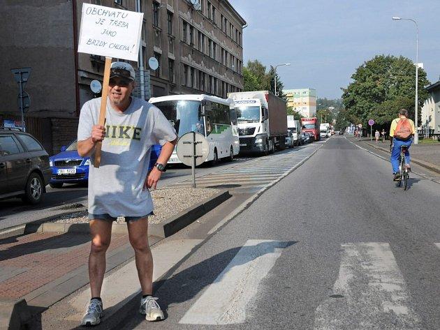 DOPRAVNÍ TEPNU NA POLSKO včera odpoledne na dvacet minut zablokovali obyvatelé Náchoda nespokojení s tím, že město ani po sedmnácti letech příprav a úsilí nemá obchvat.