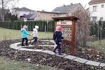 Zahrada u červenokostelecké školky prokoukla.