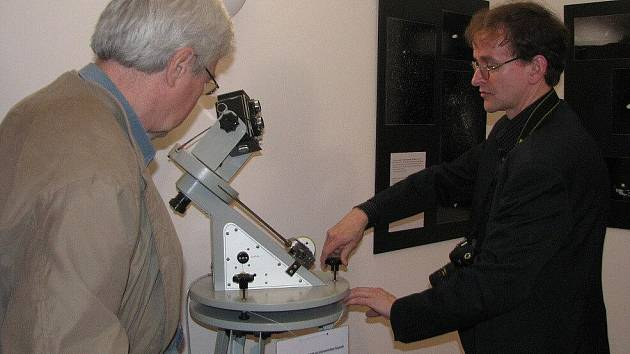 Z výstavy astronomických snímků, která je doplněná o dalekohledy.