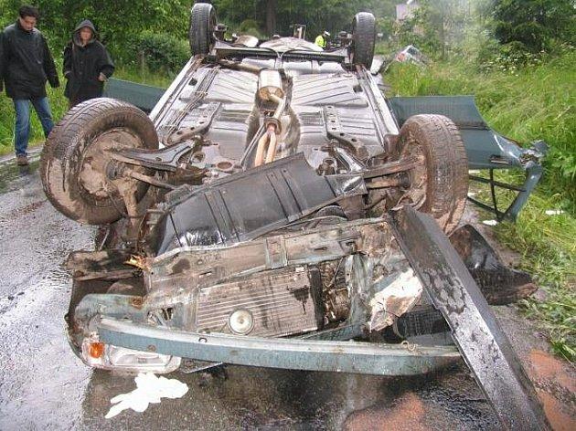 Rokytník u Hronova (Náchodsko): Při dopravní nehodě dvou osobních automobilů zemřel jeden člověk a tři byli těžce zraněni.