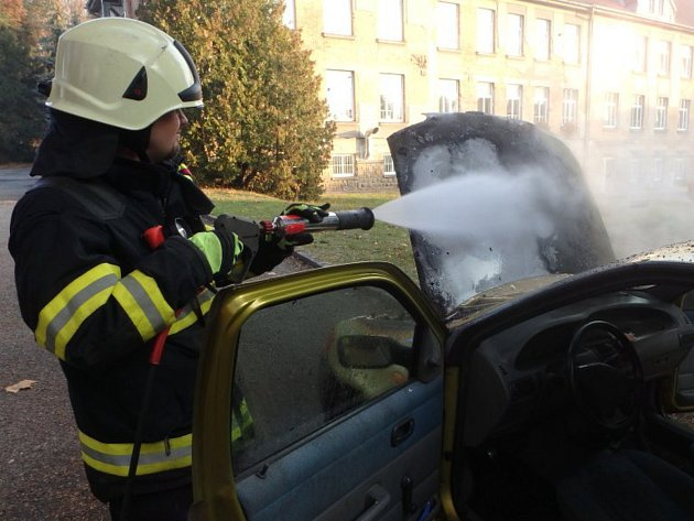 V areálu nemocnice v Jaroměři hořelo auto.