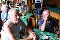 Pohledy upřené na televizní obrazovku měli v sobotu večer hosté restaurace Sokolovna ve Velkém Poříčí, kteří zde sledovali fotbalový zápas v rámci právě probíhajícího mistrovství světa ve fotbale.