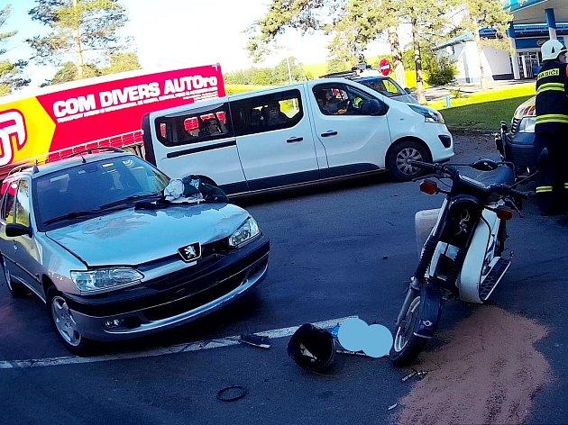 Při nehodě se střetl Peugeot se skútrem.
