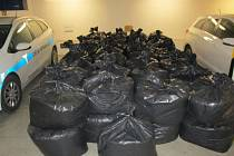 Polák v dodávce vezl 1500 kilogramů tabáku. Odhalili ho celníci.