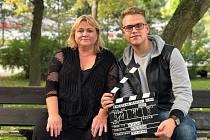 Mladý režisér přesvědčil k natáčení herečku Pavlu Tomicovou.