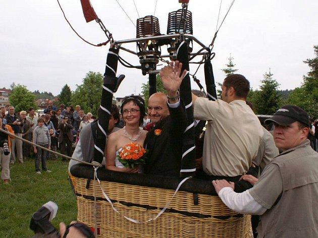 """""""Je příznivý vítr, odlétáme na svatbu,"""" zavelel pilot David Linek a pomohl snoubencům do koše."""
