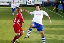 NÁCHODSKÝ stoper Jan Kábrt (v bílém) bojuje o těžký míč s letohradským Zdeňkem Konečným.