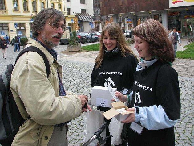 Dobrovolníci Helena Řadová a Michaela Macková v ulicích  Náchoda.