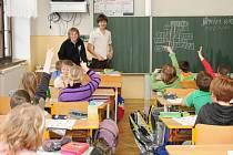"""Žáci ze školního parlamentu připravili svým kantorům dárek ke Dni učitelů. V rámci projektového dne """"Škola naruby"""" si s nimi vyměnili pozice."""