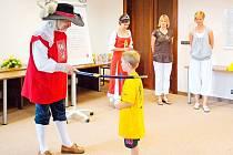 Rytíř Jan Černčický z Kácova a princezna Abeceda pasují dalšího malého školáka na čtenáře.