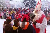 Mikuláš,čerti a andělé na náměstí v Broumově.