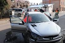 """Řidička vozidla značky Peugeot přehlédla na křižovatce v Hronově u zdravotního střediska dopravní značku """"Stůj, dej přednost v jízdě!""""."""