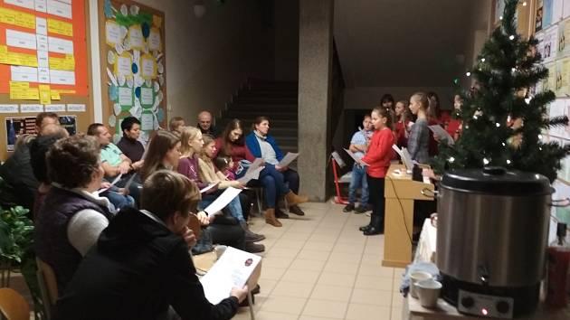 V České Skalici zpívali koledy žáci pěvecké třídy.