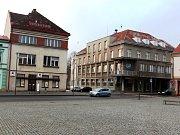 Dům na hronovském náměstí, kde nyní sídlí městský úřad chce radnice prodat. Investici ve výši 50 milionů na výstavbu nového MěÚ by město splácelo deset let.