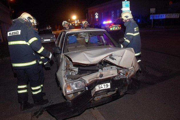 KE SRÁŽCE DVOU osobních automobil, při které byly zraněny tři osoby došlo ve středu v noci v Havlíčkově ulici v Novém Městě nad Metují.