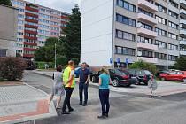 Dokončené parkoviště si prohlédli místostarostové Jan Čtvrtečka a Pavla Maršíková v doprovodu ředitele TS Náchod Aleše Kolářského a pracovníků odboru investic a rozvoje města Bohuslava Voborníka a Lucie Hurdálkové.