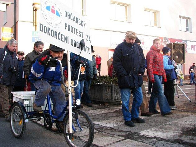 V České Skalici na náměstí se ve čtvrtek 12. února 2009 podruhé konal protest za dokončení obchvatu. Doprava byla na čtvrt hodiny zablokována.