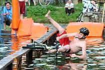 NA ZDOLÁNÍ LÁVKY to chtělo notnou dávku odvahy a štěstí, ale i tak se to neobešlo bez nesčetných komických pádů do vody.