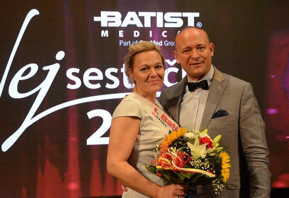 Pořadatel David Novotný s Batist Nej sestřičkou Martinou Pěnkavovou.