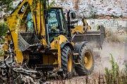 V centru města Náchod začala firma s odklízení suti z rozbořené textilky Tepna. Firma areál vyklidí do 17. září. Město vyčlenilo na rekultivaci místa 5,85 milionu korun bez DPH.