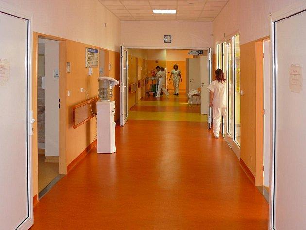 Interiér broumovské nemocnice, ve které došlo k uzavření operačních sálů, v jejíž chirurgické oddělení se má – k velké nelibosti občanů – na konci června zrušit.