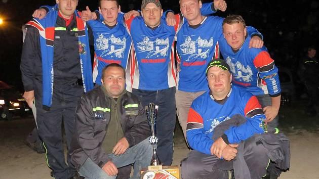 VEDOUCÍ celek mužů Nahořan vybojoval v nočním závodu první místo a upevnil si tak průběžné vedení v soutěži.