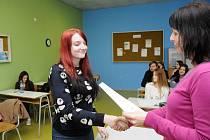 STUDENTI z velkopoříčské polygrafické školy byli s pololetním vysvědčením spokojení, ale ještě prý musí zabrat.