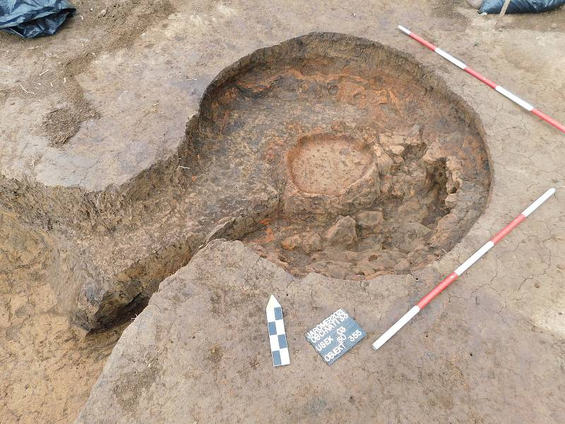 Archeologové z hradecké univerzity objevili unikátní pravěké areály aktivit, nalezli i vzácnou dvoukomorovou pec.
