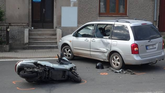 K nehodě spěchali hasiči, policisté i záchranáři.