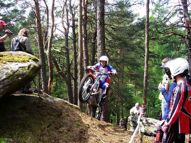Vítěz úvodních dvou závodů venkovního mistrovství české republiky Jiří Svoboda při zdolávání jednoho z úseku tratě.