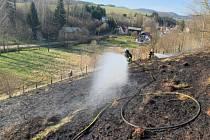 Požár travního porostu likvidovali v sobotu 11. dubna odpoledne profesionální a dobrovolní hasiči zBroumova.