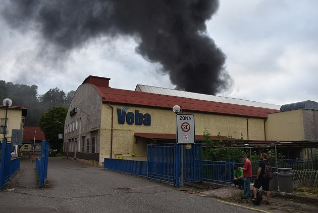 Vareálu textilní firmy Veba začalo kolem 19.hodiny hořet vkotelně. Hasiči zabránili tomu, aby se požár nerozšířil do dalších prostor textilky.