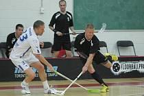 Jaroměřský Milan Marinč bojuje o míček s newyorským Henrikem Sundgrenem.