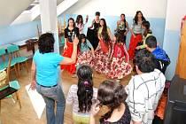 MLADÍ ROMOVÉ se v Komunitním centru v Náchodě učí mimo jiné udržovat tradice. Velmi aktivní je například taneční soubor.