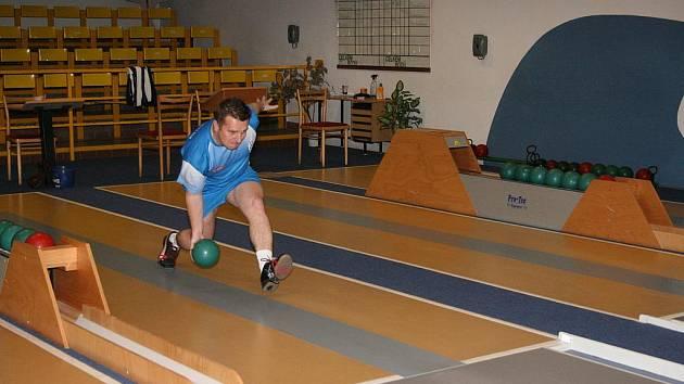 NEJLEPŠÍMI  výkony svých družstev se na drahách pražské Konstruktivy blýskli Ladislav Beránek a mezi ženami Aneta Cvejnová. V případě Ladislava Beránka to byl zároveň nejlepší výkon celého víkendového kola.
