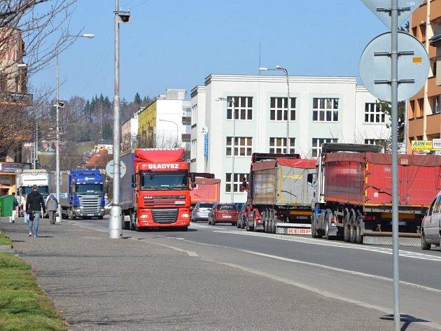 JEDEN ZA DRUHÝM. Denně projede Pražskou ulicí téměř dva tisíce kamionů, měsíčně jich je 56 tisíc.