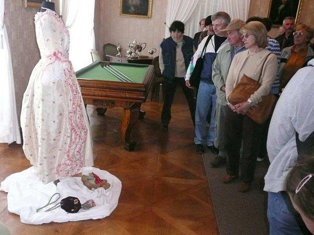 Šaty a květiny v Babiččině údolí.