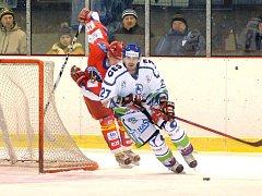 Neporazitelnost hokejistů Hronova (ve světlém) v nadstavbě skončila ve středu večer ve Vrchlabí.